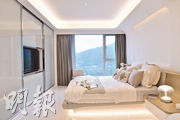 主人睡房坐向與大廳相同,享開揚山景,房內中間放置雙人牀,可三邊上落牀。(馮凱鍵攝)