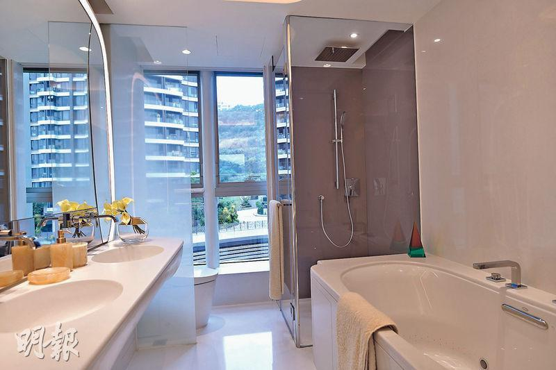 主人套房浴室採用五件頭酒店式設計,設有玻璃大窗,外望毗鄰屋苑玖瓏山。(馮凱鍵攝)