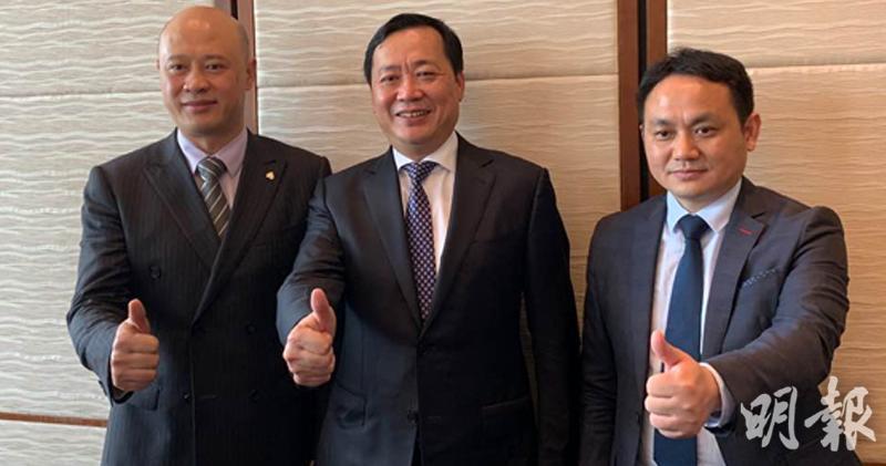 左一及中︰主席林中及總裁周洪斌