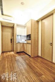 維峯‧浚匯設有兩個一房交樓標準示範單位,實用面積分別267及270方呎,兩單位均以開放式廚房設計。(鄧宗弘攝)