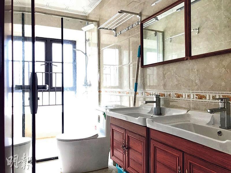 主人套房浴室,備有雙臉盆及復古木櫃,營造出歐洲風格。