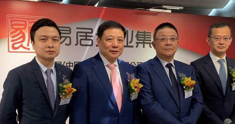 易居主席周忻(右二)表示,旗下品牌「房友」今年有望錄得盈利。圖右一為公司首席執行官丁祖昱。(方楚茵攝)