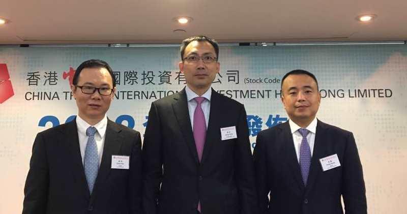 香港中旅財務總監陳皓(左)、執行董事及總經理蔣洪(中)。(蕭嘉聰攝)