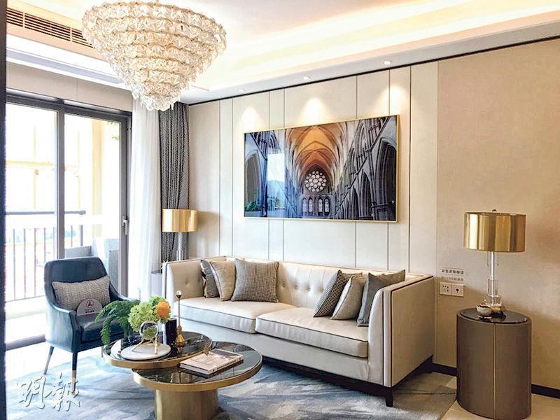 龍光城 一手盤示範單位﹕單位客飯廳以長方形開則,客廳外連露台,並設落地玻璃趟門。