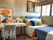 單位其中一個房間設計成兒童睡房, 擺放睡牀、書枱、玩偶及顏色鮮艷的油畫。