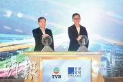 TVB行政總裁李寶安(左)與香港寬頻副主席楊主光(右),昨宣布兩公司戰略合作,並主持儀式。(鄧宗弘攝)