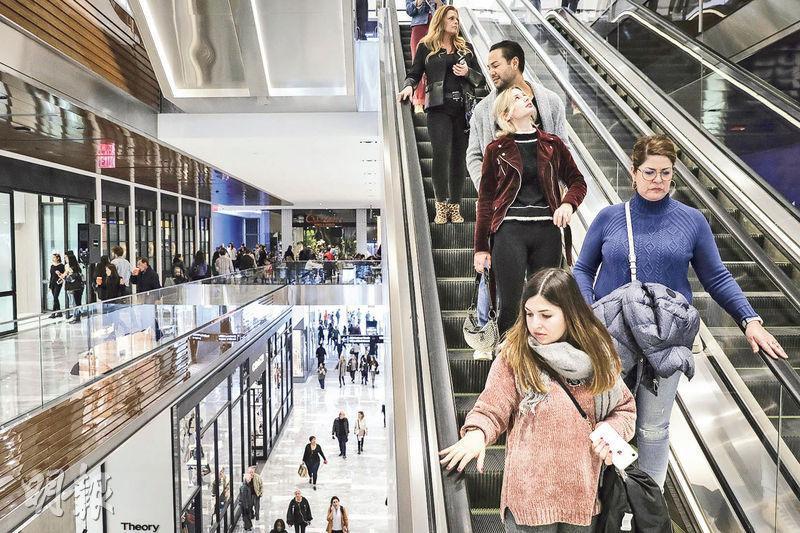 美國第4季GDP終值按季折合成年率增長2.2%,較初值下調了0.4個百分點,反映經濟放緩幅度超出預期。不過綜合全年數據,美國去年經濟增長2.9%,為2015年以來最高。圖為曼哈頓一個購物商場。(法新社)