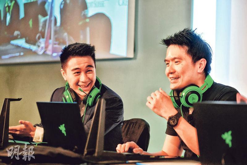 商界知名「機迷」何猷君(左)和陳民亮(右)昨日示範玩「食雞」遊戲《Apex英雄》,玩得不亦樂乎。(鄧宗弘攝)