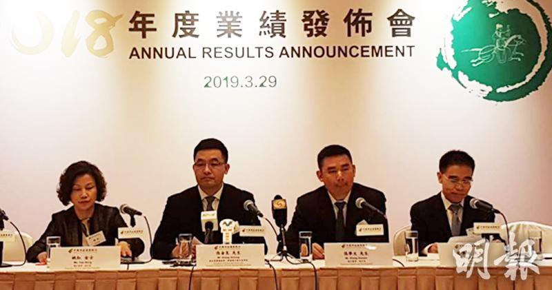執行董事、副行長姚紅(左一),擬任董事長張金良(左二),執行董事、副行長張學文(右二)