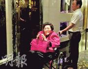 董事成員何婉鴻昨日現身,但是在旁工人提點後,她只向在場記者報以微笑,並無多言。