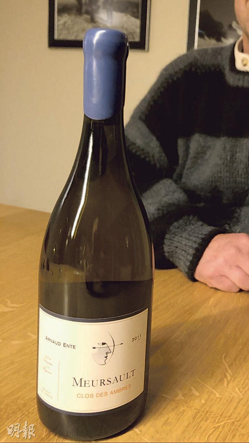 一塊Meursault村級數的葡萄園被莊主一分為三。酒標上寫的Clos des Ambres(琥珀園)並非指葡萄園的地名,而是用該葡萄園60多年老藤產出霞多麗釀造的干白名字。