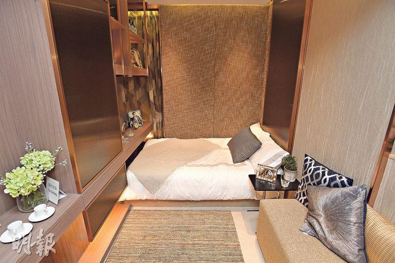 18樓A室開放式單位內籠袖珍,起居空間約90方呎,不過基本家俬如睡牀、衣櫃、小型梳化均齊備。(楊柏賢攝)