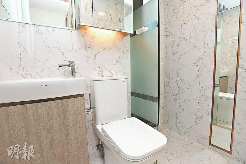 浴室以白色作主調,設計簡約,並設有企缸。(楊柏賢攝)