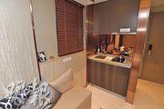 開放式廚房備有基本家電,旁邊設有窗戶,除可增加空氣流通外,亦令室內更光猛。(楊柏賢攝)