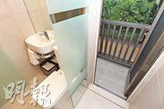 單位浴室設計獨特,工作平台設於浴室企缸之外。(楊柏賢攝)