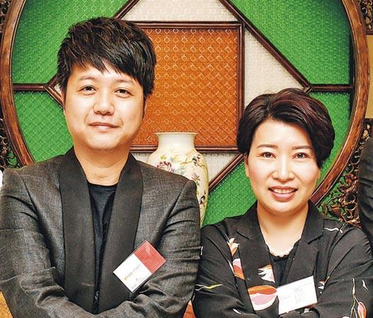 香港高登網站行政總裁林祖舜(左)話,希望「膠幣」可以刺激高登文化,帶動新會員登記數目有雙位數增長。旁為負責開發膠幣嘅HKCEXP行政總裁張秀蓮。(賴俊傑攝)