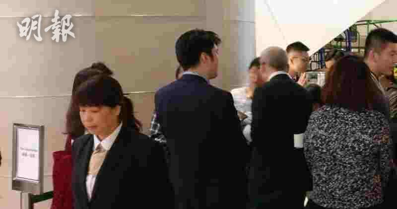 維峯‧浚匯今晚於中環國金中心商場售樓處外情況
