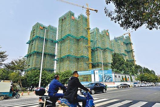藍籌內房中海外3月份於瀋陽、石家莊、佛山、大連和香港收購5幅地皮,樓面面積約100萬平方米。圖為內地一正在建設的住宅。(中新社)