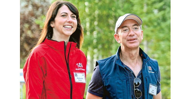 全球首富兼亞馬遜創辦人貝索斯(右)與前妻麥肯齊(左)達成離婚協議,麥肯齊將保留4%的亞馬遜股份,約值365億美元,貝索斯則持有約12%的亞馬遜股票,仍是公司最大股東。(法新社)