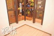 示範單位睡房採曲尺窗設計,助增加室內光線。(劉焌陶攝)