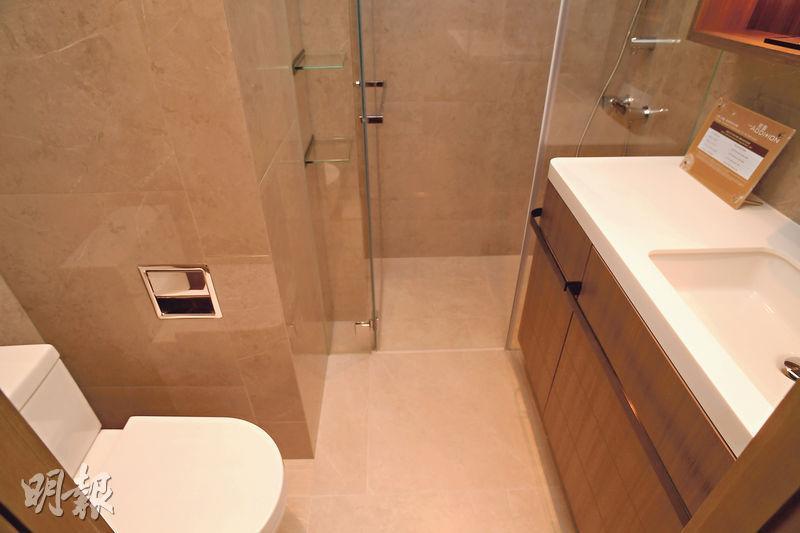 浴室設於睡房內,可作套房,設有淋浴間、鏡櫃及無線智能充電板等。(劉焌陶攝)