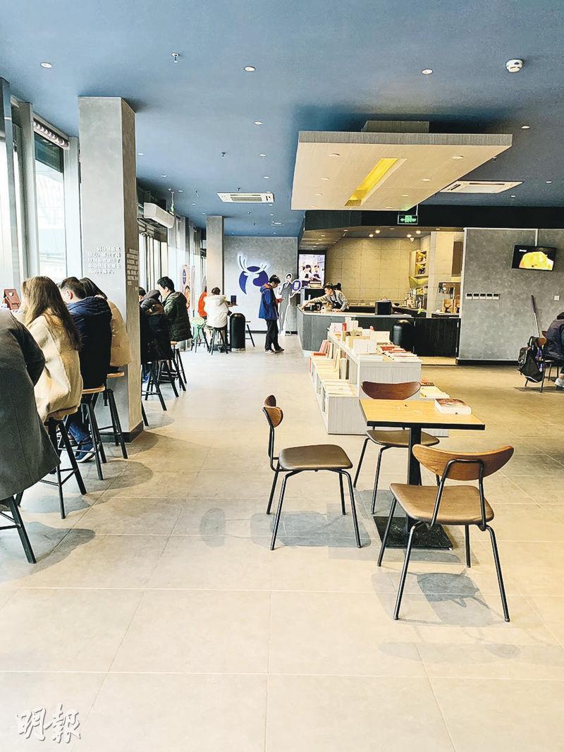 瑞幸咖啡的店舖面積較細,座位不多,大多數店舖只有2至3張桌,圖為該公司在中關村大街的門店。