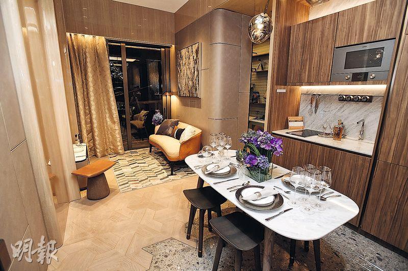 單位以航海風格作設計主題,客飯廳牆身充分採用弧形線條。(楊柏賢攝)