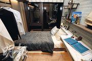 2房單位的其中一間睡房以湖水藍色作主調,窗旁放置單人牀。(楊柏賢攝)