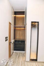 1房單位睡房內設有到頂衣櫃,衣櫃內藏有摺梯,方便住戶存放和取用物件。(楊柏賢攝)