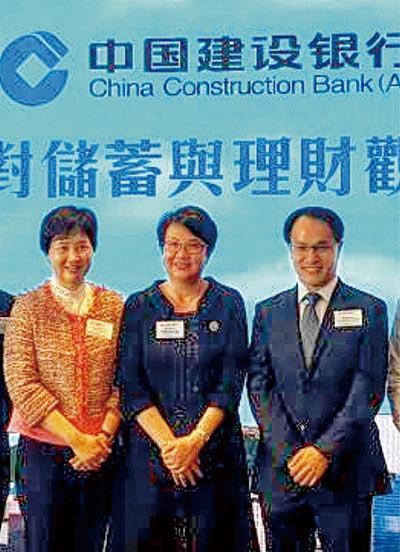 建行亞洲常務副行長兼執行董事郭珮芳(中)表示,雖然該行沒申請虛擬銀行牌,但會加強網上服務,料將推出遙距開戶。
