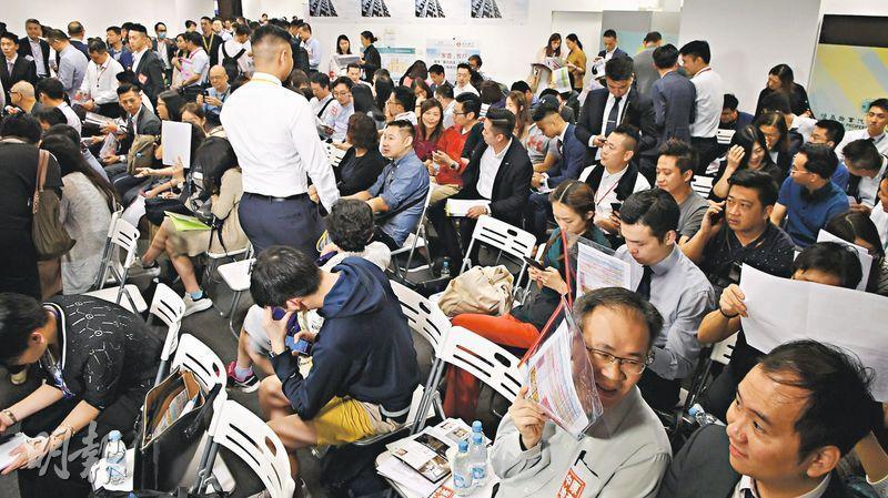 昨晚於美麗華商場售樓處進行首輪開售的長沙灣家壹,是恒地系月內第三個開售新盤,共沽約77伙,佔首輪銷售100伙近八成。(劉焌陶攝)