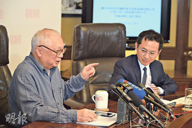 合和私有化期間,市場不斷有傳媒報道胡應湘父子因為私有化而鬧意見。圖左為胡應湘及兒子胡文新(右)。(資料圖片)