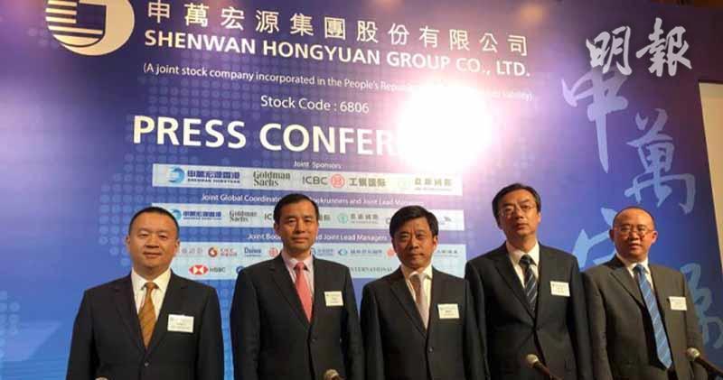 申萬宏源證券總經理助理陳曉升(左一)、申萬宏源集團董事長兼執董儲曉明(中)