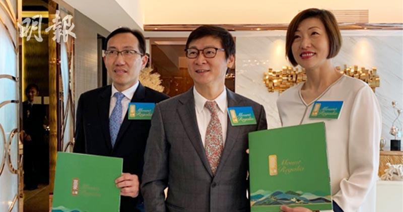 圖為百利保執行董事兼首席營運官范統(左二)及富豪物業代理董事衞振聲 (左一)鄭錦玲攝