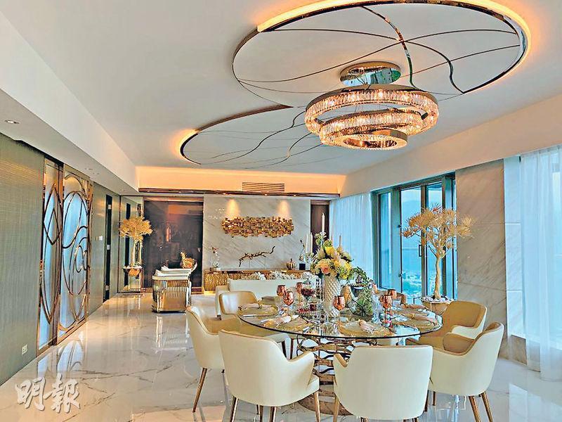 發展商開放富豪.山峯第2座8樓B室的示範單位,耗資千萬元裝修,單位間隔經改裝後,客飯廳達40呎闊,配以雲石牆及大量金屬物料擺設,營造豪華氣派。