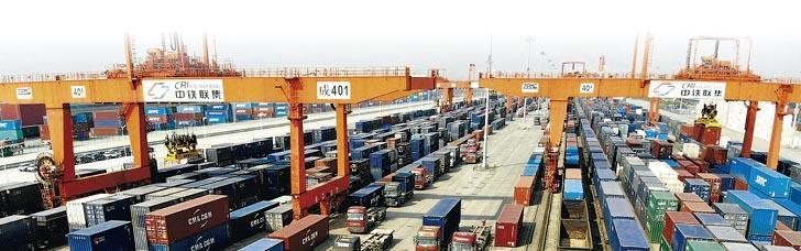 累計今年首季中國外貿形勢,進出口總值7.01萬億元人民幣,按年增3.7%。圖為成都國際鐵路港。(中新社)