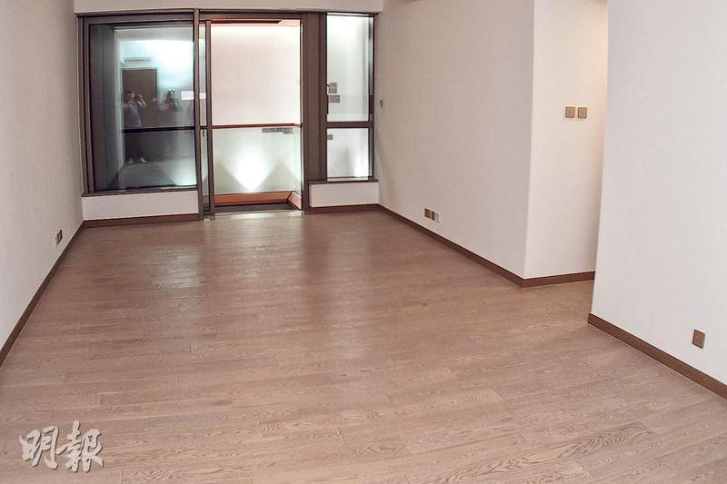 另一個示範單位為實用面積1058方呎的3房1套連多用途房及洗手間間隔。大廳約300方呎,擺放大型家俬及擺設相信並無難度,加上外連露台,更見空間感。