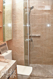 2房示範單位浴室以石材鋪砌,感覺高雅,而且易於打理。