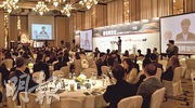 《明報》主辦的「香港再定位:邁向國際科技創新中心」論壇。會議集中討論了香港如何發展科技業。圖為特首主講。