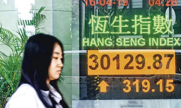 恒指昨早延續周一跌勢,最多跌145點,但其後受中資金融股帶動,收市倒升319點至30,129點,國指升189點至11,821點,全日主板成交1042億元。(中新社)