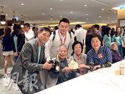 82歲的利伯伯成功中籤揀樓,昨日適逢是他的生日,由女兒及女婿付樓價。他笑言收到一份「最好的生日禮物」,發展商黃光耀(左一)亦送上蛋糕及香檳,並與代理中原地產董事劉瑛琳(右一)一同為利伯伯慶祝。