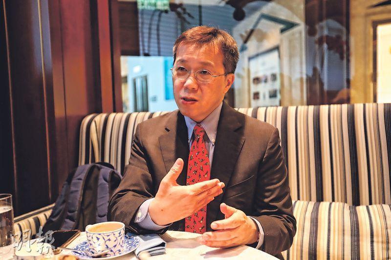 安泓投資研究總監馬偉信提醒投資者在旺市中留意潛在風險。他分析,美國聯儲局可能收緊貨幣政策,促使資金從香港流走,觸發樓市調整。(李紹昌攝)