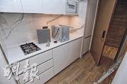 龍譽﹕甫進入單位,中間是一條走廊,左邊是洗手間,右邊則是開放式廚房。(楊柏賢攝)