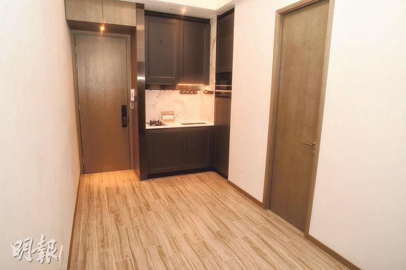 1房交樓標準示範單位大廳間隔方正,設開放式廚房。
