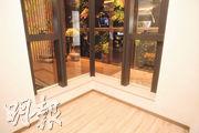 示範單位睡房採曲尺窗設計,助增加室內光線。