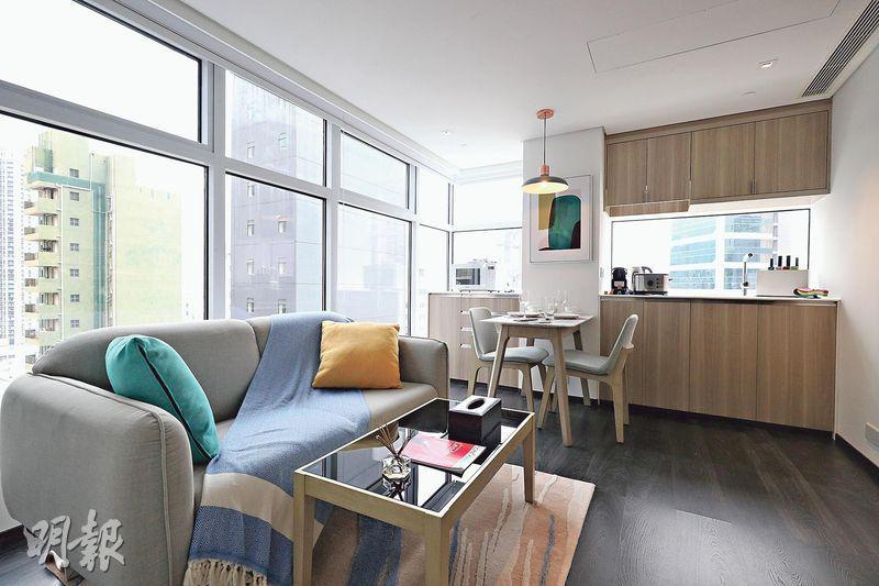 The Mercury示範單位為1房戶,建築面積約420方呎,大廳以落地玻璃窗設計,設有開放式廚房,設備一應俱全。(曾憲宗攝)
