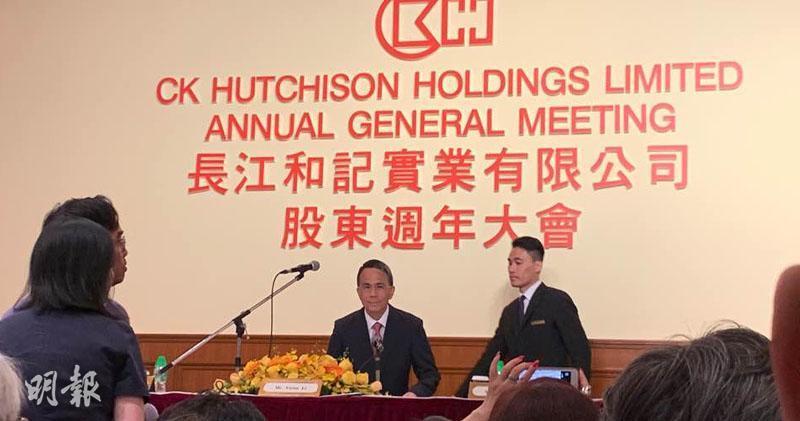李澤鉅(左)今日出席股東大會。(方楚茵攝)