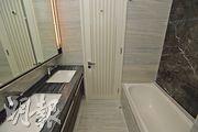 主人套房浴室設有雙洗面盆、鏡櫃及浴缸。(楊柏賢攝)