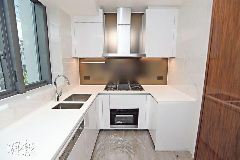 廚房以白色為主色調,提供歐洲品牌家電。(楊柏賢攝)