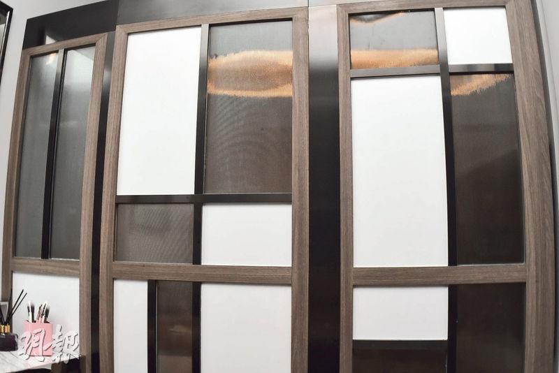 設計師以活動屏風分隔寢區及生活區,保持私隱亦不減空間感。(劉焌陶攝)